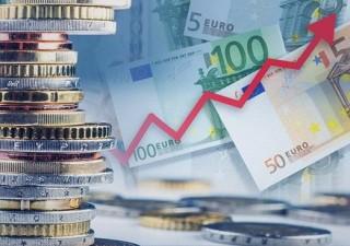 Евро продолжает расти против доллара и фунта