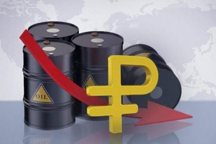 Российский рубль дешевеет вслед за нефтью